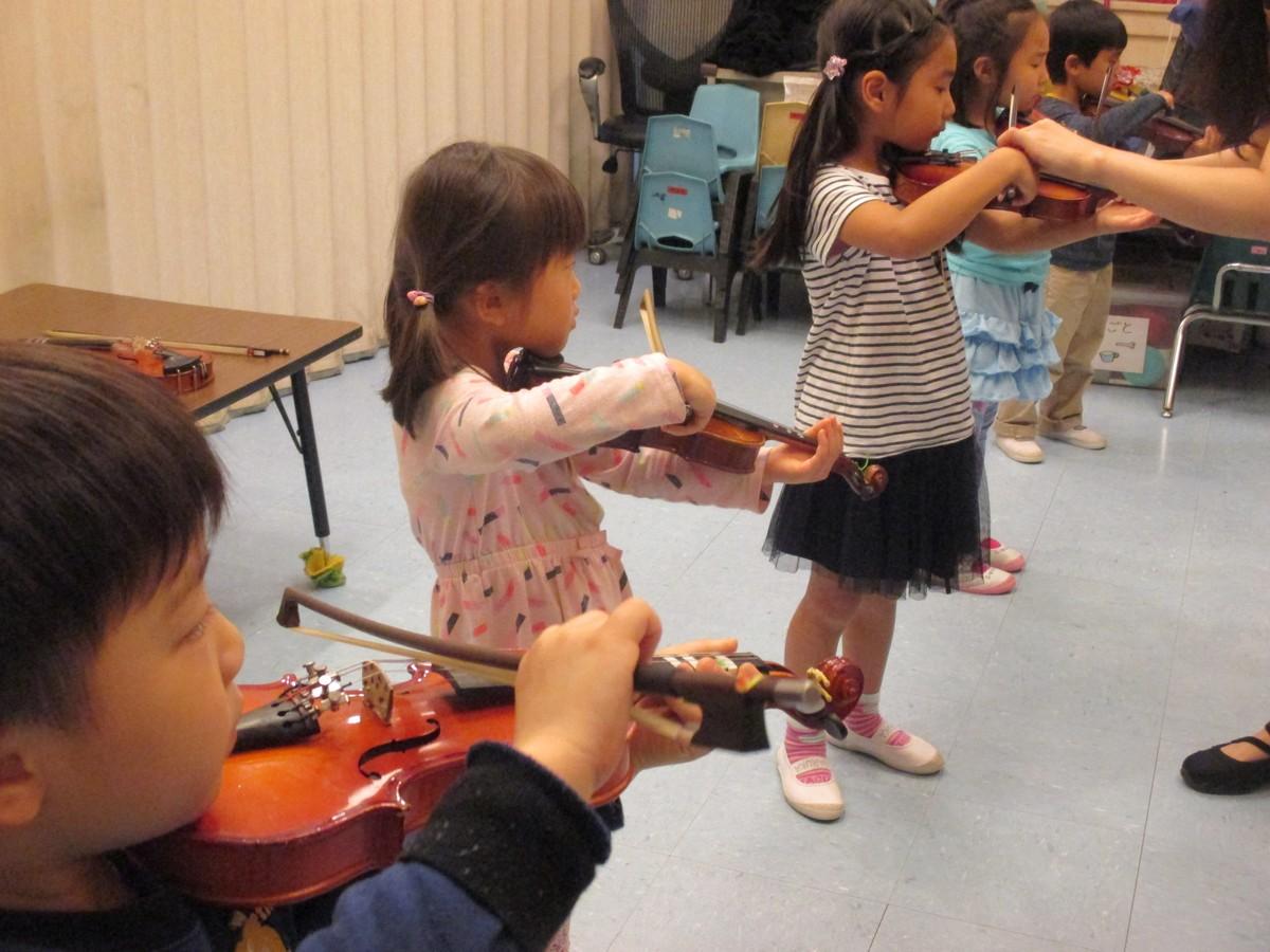 構えはプロ・・・ ヴァイオリン体験